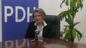 Funcionaria de la Oficina del Procurador de los Derechos Humanos (PDH) explicando cuáles son los sectores más vulnerables a la trata.
